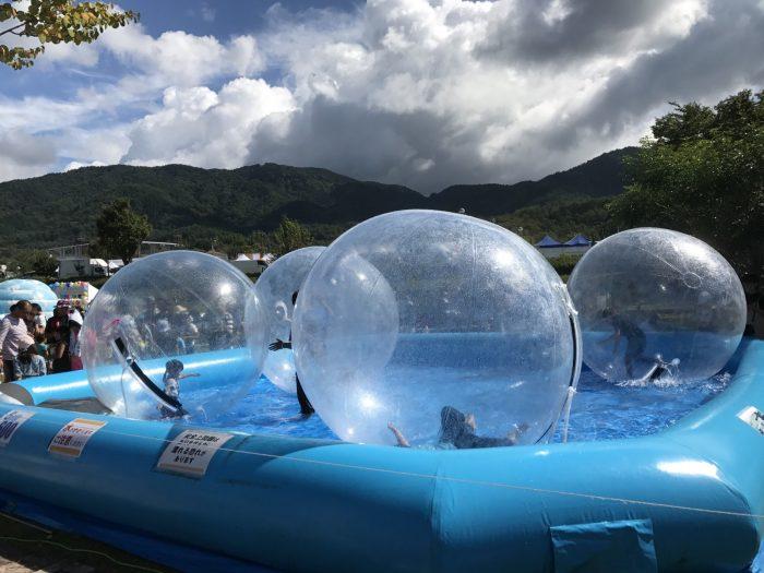 プールの中に浮かぶ巨大な透明な球体