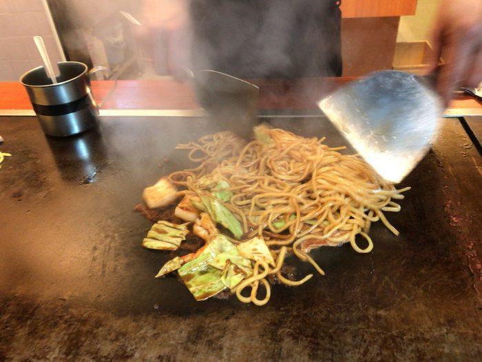 焼きそばを鉄板で調理中|ぼてふく