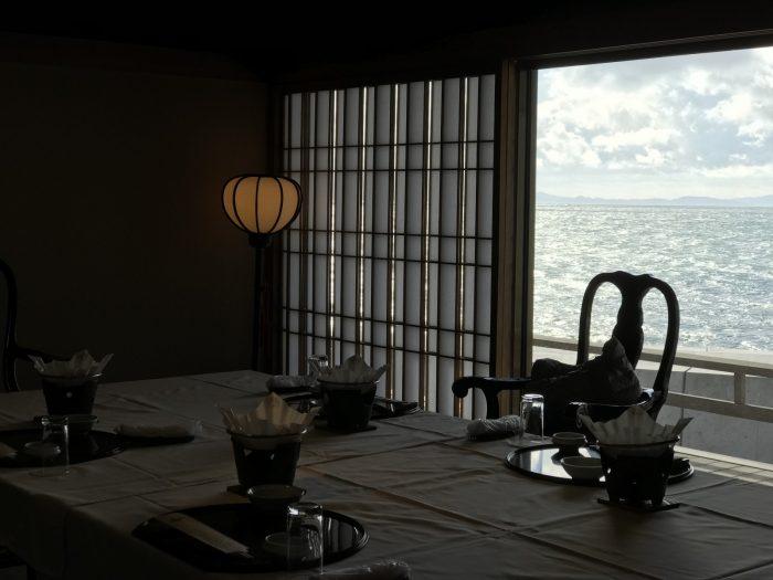 窓越しに伊勢湾が展望可|粛海風