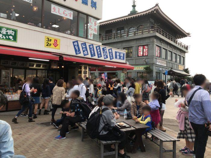土産物レストラン貝作総本店の前