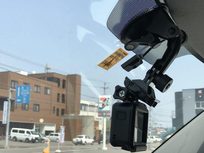 GoPro用サクションカップ マウントを車のフロントガラスに取り付け