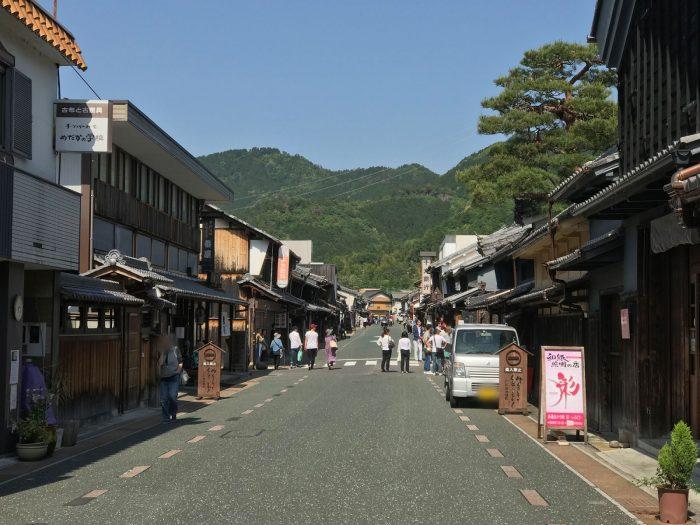 和紙提灯の2店舗(右手)/美濃うだつの町