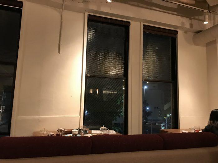 窓側のソファー席|CAFE FLOW