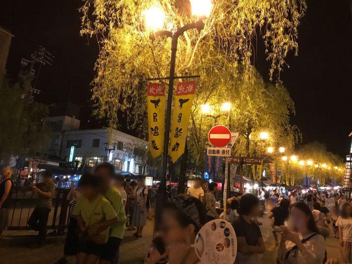 夜の下呂温泉街の賑わい