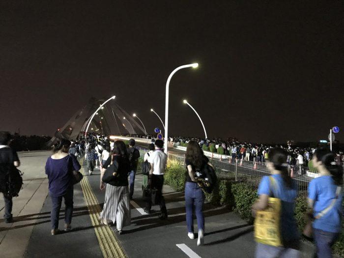 大混雑する豊田大橋|B'zライブ終了後