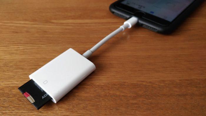 Apple Lightning-USBカメラアダプタをiPhoneに接続